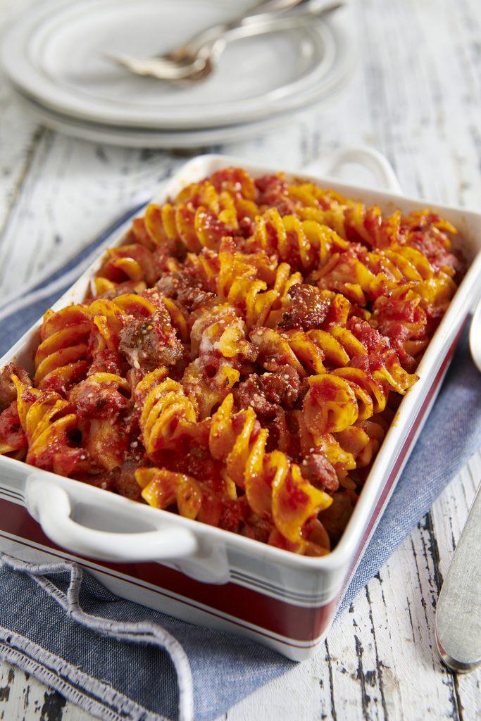 Fusilli al forno con salsa di pomodoro, mozzarella e salsiccia