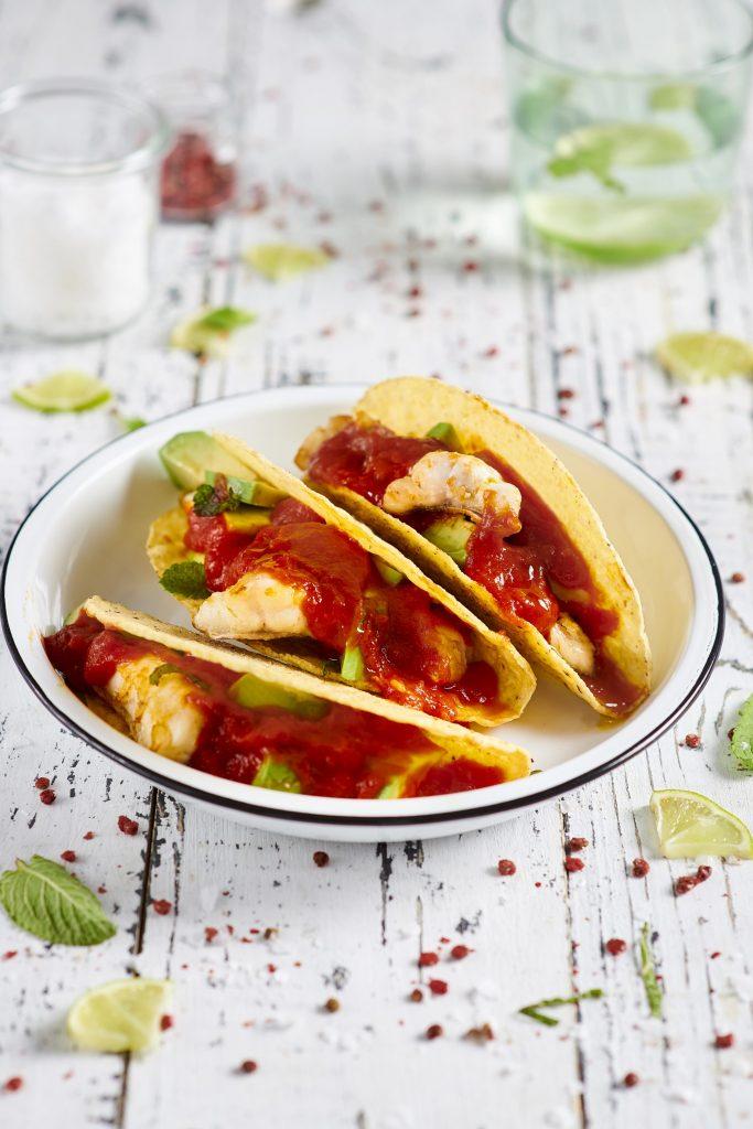 Tacos ripieni di cernia, salsa di pomodoro piccante e avocado