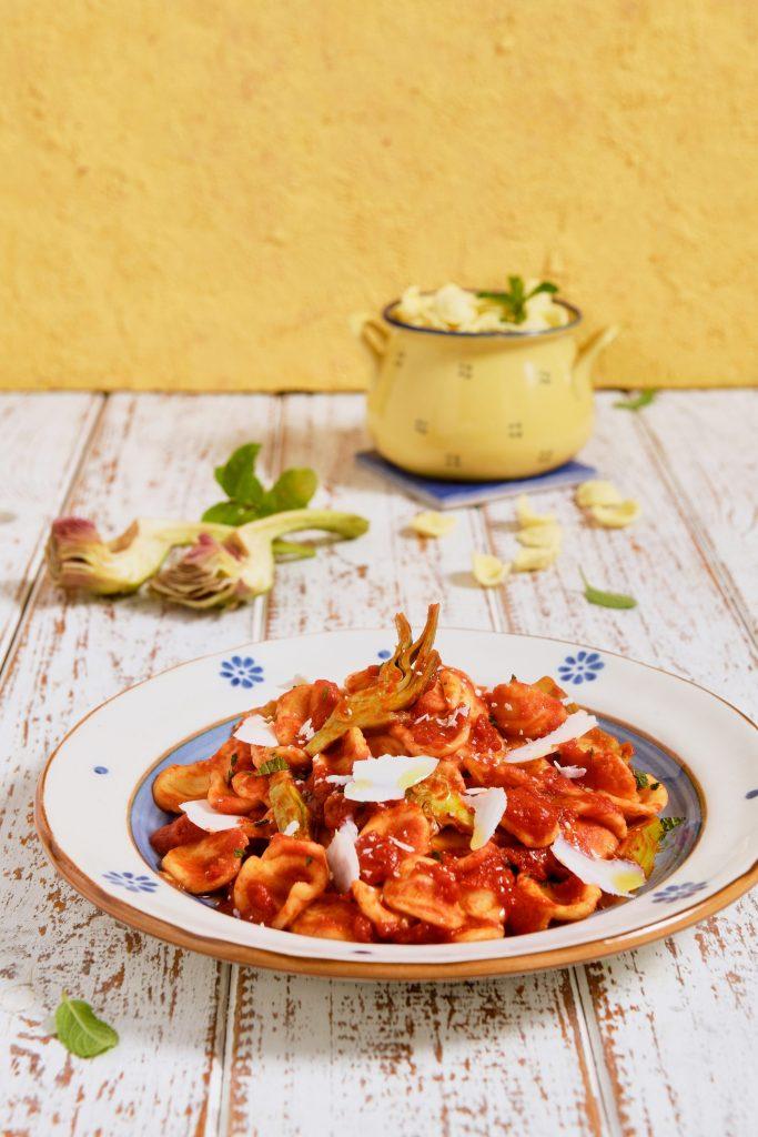 Orecchiette con pomodoro, carciofi e cacioricotta