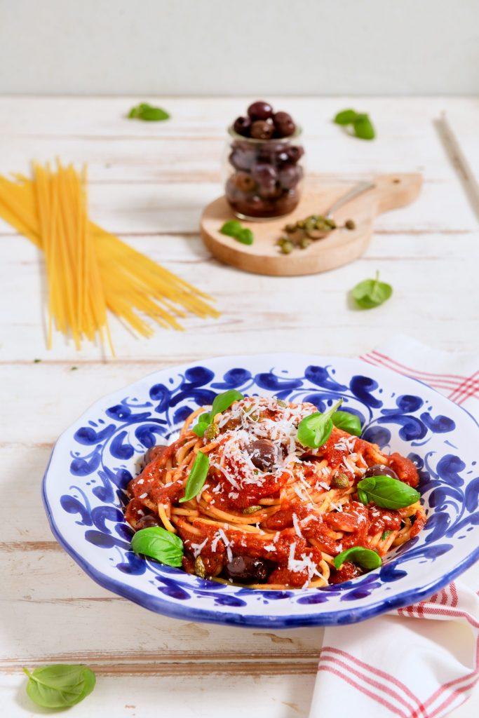 Spaghettoni al pomodoro con olive, capperi e ricotta salata