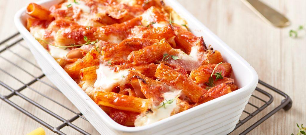 Maccheroncini-uunipastaa tomaatilla, keittokinkulla ja mozzarellalla