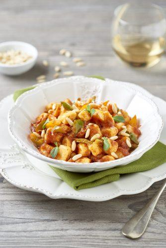 Ricotta-gnocchit tomaatti-paprikakastikkeessa