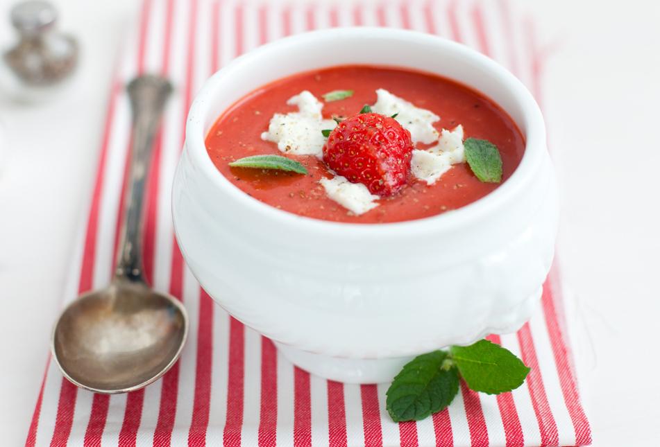 Kylmä tomaattisosekeitto, mansikoita ja bufalamozzarellaa