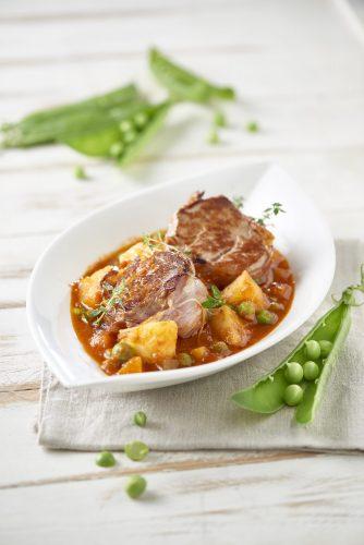 Porsaan sisäfilee tomaattikastikkeella ja vihanneksilla
