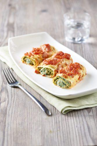 Lasagnekääryleet ricotta-juustolla, pinaateilla ja tomaattimurskalla