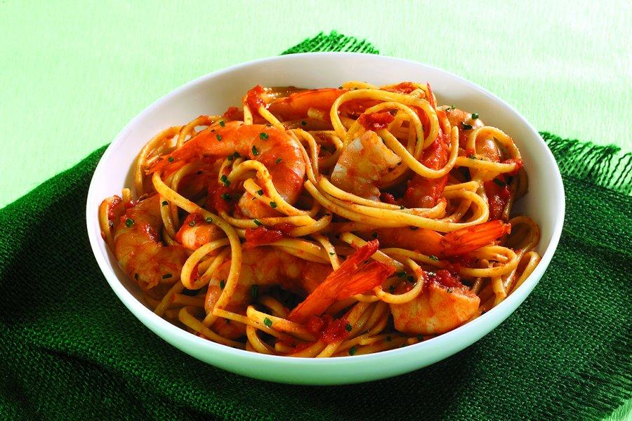 Linguine-pastaa jättikatkaravuilla ja Mutti Polpa hienolla tomaattimurskalla