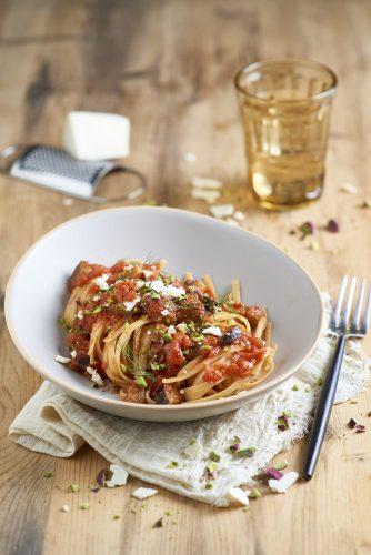 Linguine-pastaa tomaattikastikkeessa munakoisoilla ja pistaaseilla