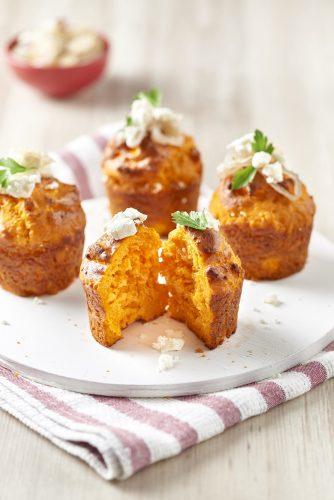 Tomaattimuffinit karamellisoiduilla sipuleilla ja fetajuustolla