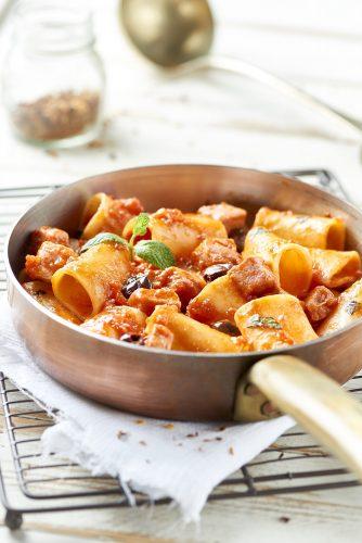 Mezzi paccheri -pastaa tonnikalan, tomaattimurskan ja mustien oliivien kera