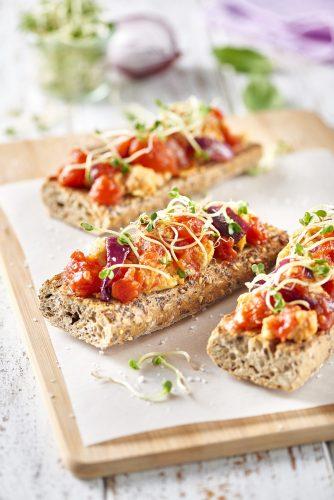 Tummaa leipää munakokkelilla ja tomaateilla