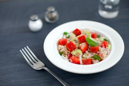 Panzanella-salaatti mansikoiden, tomaattihyytelön ja sellerin kera
