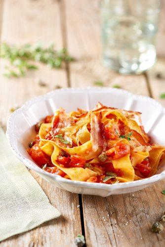 Pappardelle-pastaa tomaateilla, kapriksilla ja pekonilla