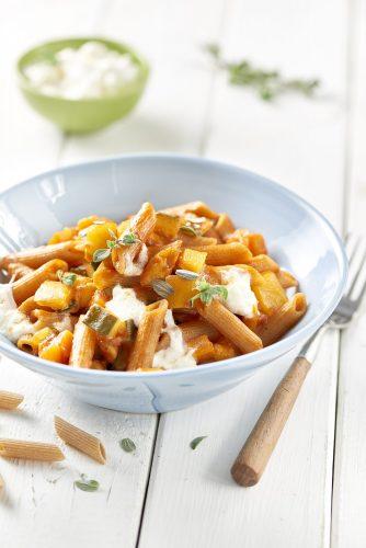Risottomaista penne-täysjyväpastaa vihannesten, tomaatin ja stracciatella-juuston kanssa
