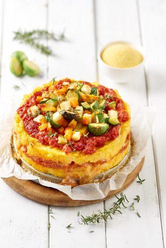 Gratinoitu polenta tomaatti-vihannes-juustokastikkeella
