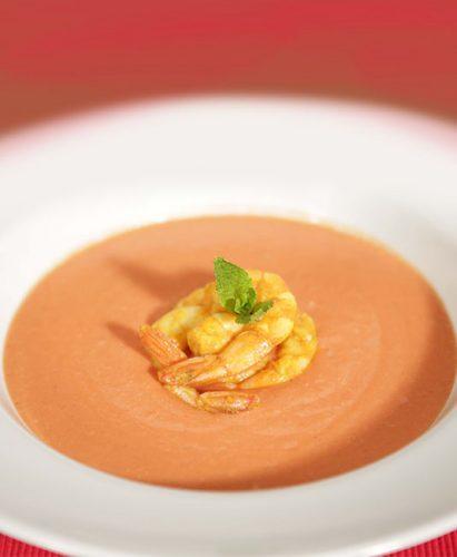 Kermainen tomaattikastike katkaravuilla