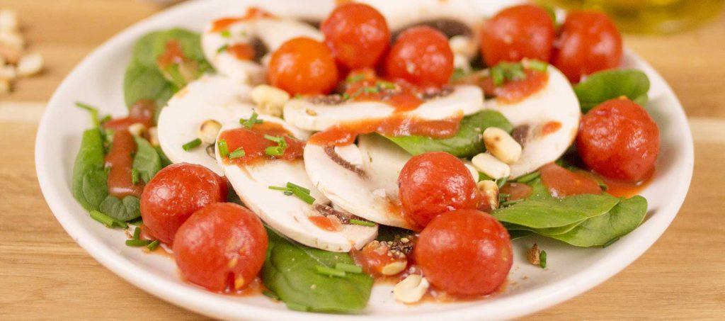 Tomaatti-herkkusienicarpaccio