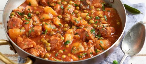 Vasikanpataa perunoiden, herneiden ja tomaatin kera
