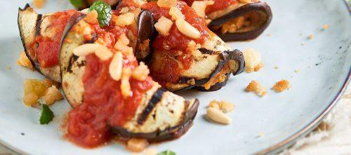 Tomaateilla, kapriksilla ja oliiveilla täytetyt munakoisokääryleet