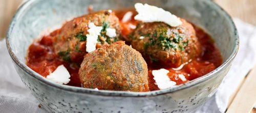Pinaattipyörykät tomaattikastikkeessa