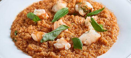 Kvinoaa tomaattikastikkeessa katkaravun pyrstöjen kera