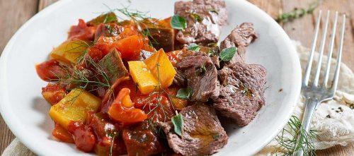Tomaattinen kasvisratatouille marinoidun naudanpaistin kera