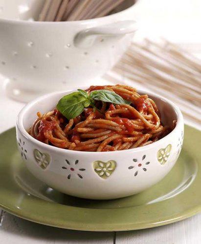 Spelttispagettia parmesanilla maustetussa tomaattikastikkeessa