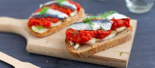 Bruschetta-leivät marinoiduilla sardiineilla, tomaattimurskalla ja fenkolilla