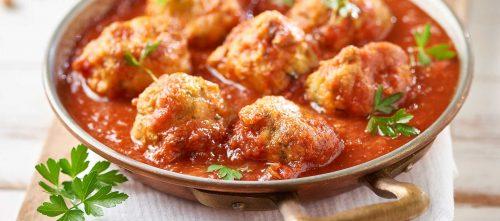 Kikhernepyörykät tomaattikastikkeessa