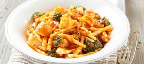 Risottomaista trofie-pastaa parsakaali-tomaatti-kalmarikastikkeessa