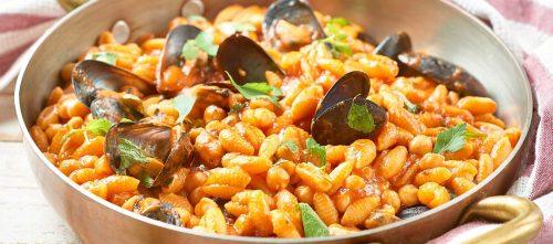 Sardinialaista gnocchetti-pastaa sinisimpukoiden, kikherneiden, tomaatin ja kivikkokäenmintun kera