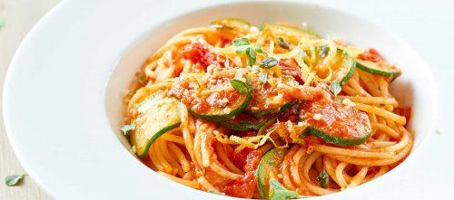 Spagettia tomaatti-kesäkurpitsa-sitruuna-meiramikastikkeessa