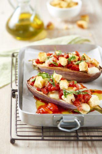 Munakoisoveneet tomaattien ja rapean leivän kera
