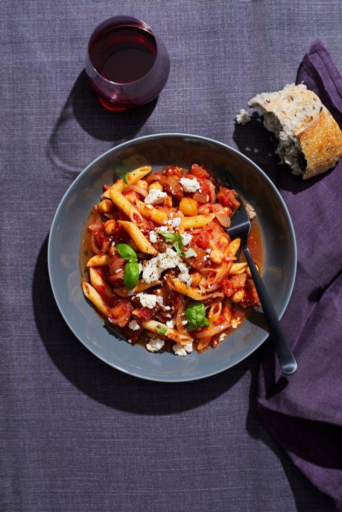 Pennepastaa munakoison, tomaattien ja kikherneiden kera (yhden kattilan pasta)
