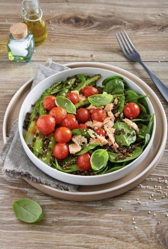 Salaatti lohesta, kirsikkatomaateista, mustista linsseistä ja parsasta